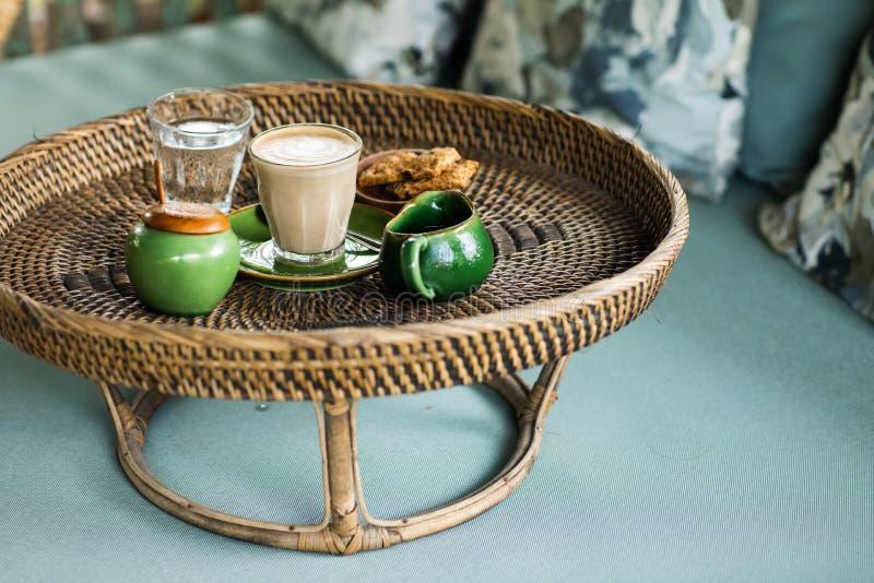 Rattan taca z cappuccino zdjęcie royalty free