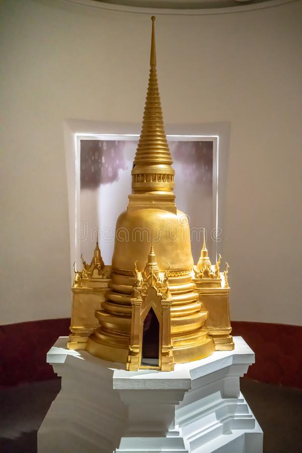 Rattankosin Exhibittion Hall, Bangkok, Thaïlande, le 17 juin 2018 : Statue d'or de pagoda photographie stock