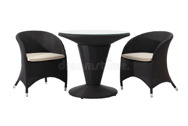 Rattantisch und Stühle stockbilder