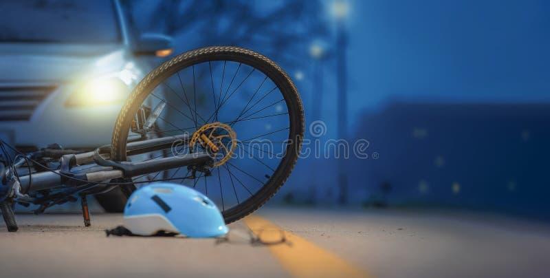 Rattfyllerikraschar, olycksbilkrasch med cykeln på vägen royaltyfri foto