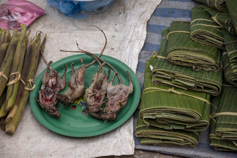 Ratti da vendere nel mercato laotiano immagine stock