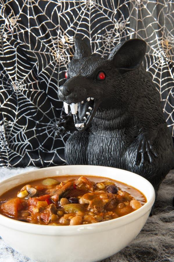 Ratto di Halloween che mangia peperoncino rosso fotografia stock