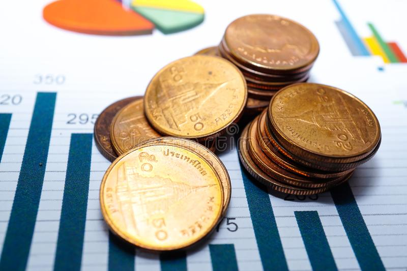 Ratujący stertę ukuwa nazwę pieniądze map wykresy Pieniężny rozwój, Deponuje pieniądze księgowość, statystyki Inwestorscy Anality obraz stock