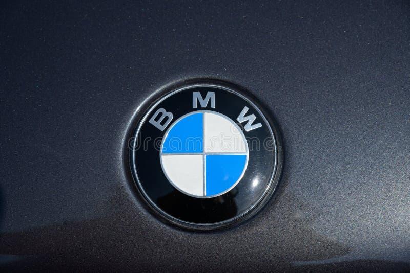 RATZEBURG, ALEMANHA - 2 DE JUNHO DE 2019: BMW, trabalhos bávaros do motor, emblema em uma capa metálica preta do motor, automóvel imagem de stock