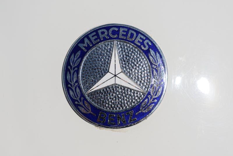 RATZEBURG, DEUTSCHLAND - 2. JUNI 2019: MERCEDES-BENZlogozeichen mit lorber Kranz und Stern auf einem weißen klassischen Automobil lizenzfreie stockfotografie