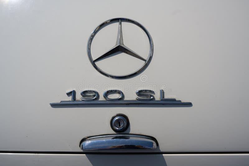 RATZEBURG, DEUTSCHLAND - 2. JUNI 2019: Mercedes 190 SL, Chromlogo auf dem Luxuscabriolet des offenen Tourenwagens, ein klassische stockfotografie
