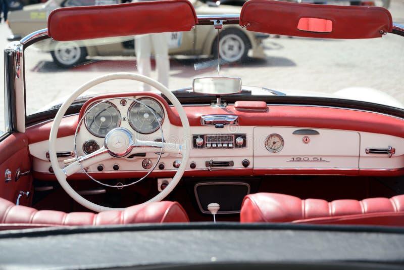RATZEBURG, DEUTSCHLAND - 2. JUNI 2019: Mercedes 190 SL, Cockpitinnenraum des Cabriolet des Zweitürluxusoffenen tourenwagens, ein  stockfoto