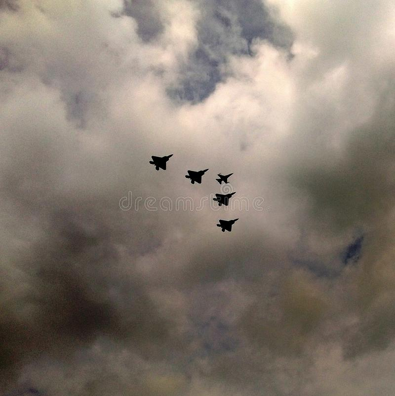 Raubvögel F-22 und Fliegen F-16 über Warschau lizenzfreies stockfoto