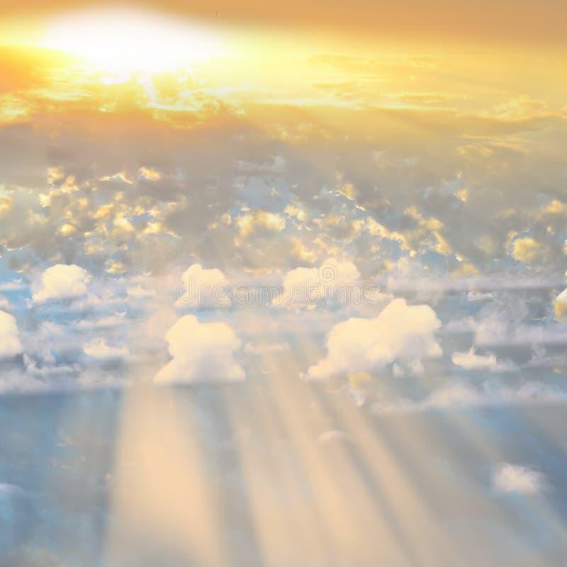 Rauch über Sonnenuntergang Wolken mit Sonnenschein lizenzfreie stockfotos