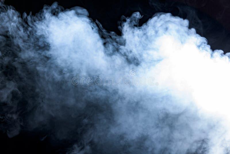 Rauch auf einem schwarzen Hintergrund stockbilder
