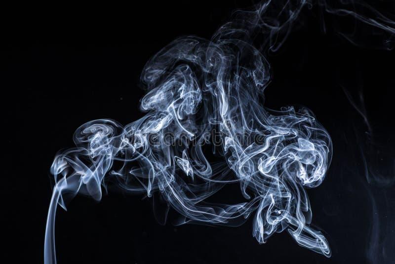Rauch auf schwarzem Hintergrund stockfotografie