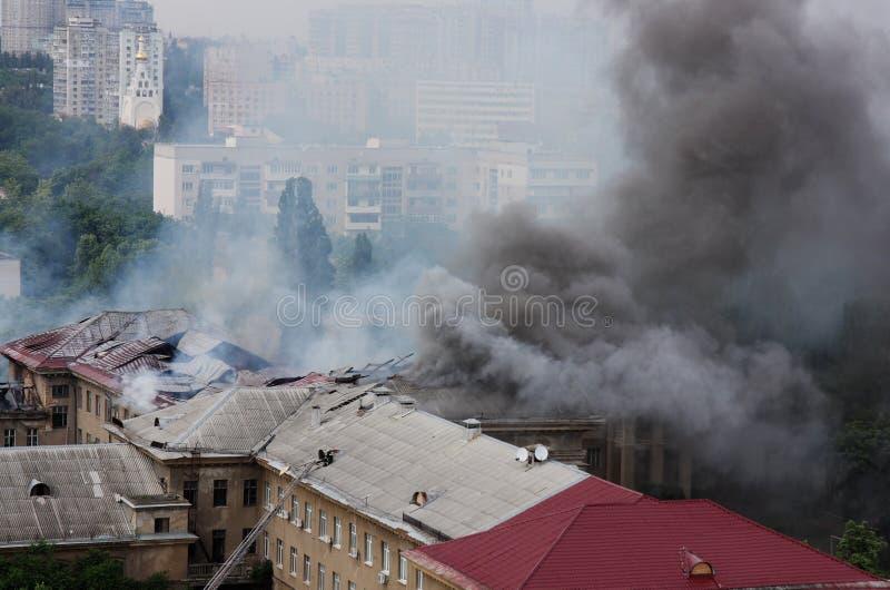 Rauch in der Stadt stockfoto