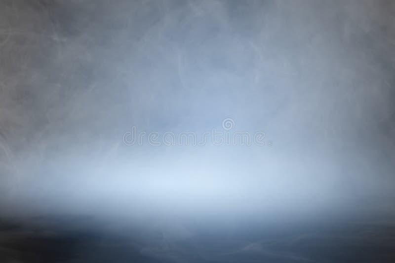 Rauch oder Nebel über blauem schwarzem Hintergrund lizenzfreies stockbild
