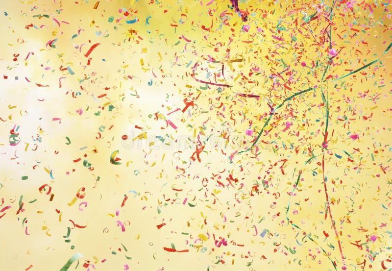 Rauch und bunter Confetti lizenzfreies stockbild