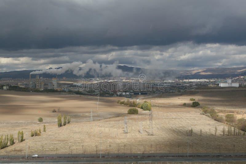 Rauch und Luftverschmutzung von der Zementfabrik stockfoto