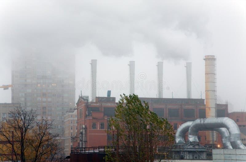 Rauch unter Wohnbezirken lizenzfreie stockfotos