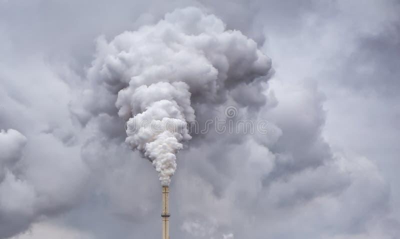 Rauch vom Fabrikrohr stockfotografie