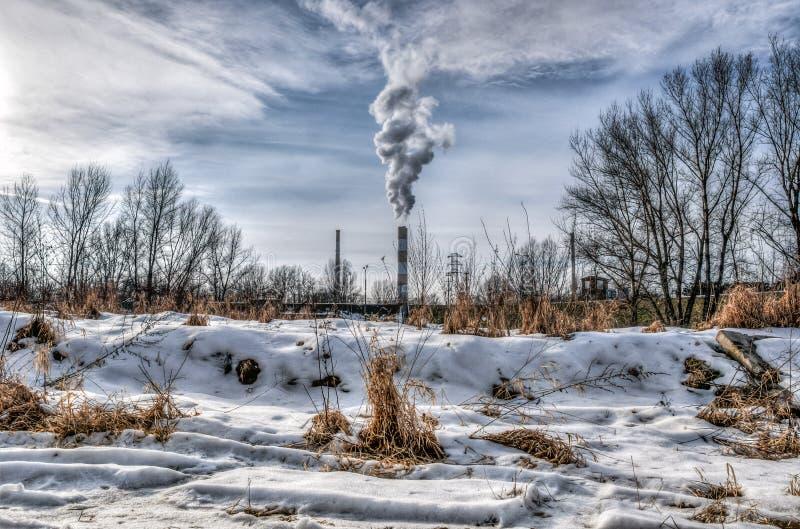 Rauch von den Rohren der Hitzestation stockbilder