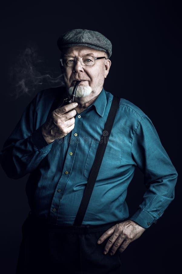 Rauchen eines Rohres lizenzfreie stockbilder