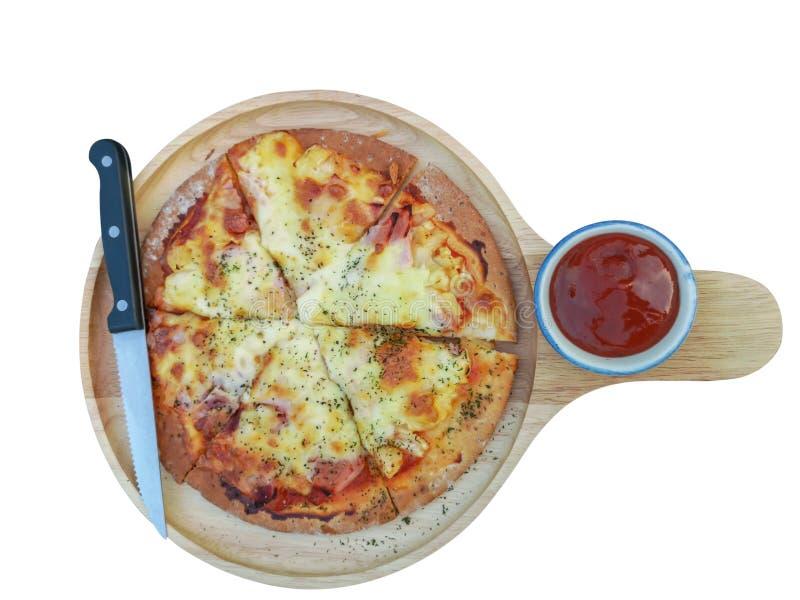 Rauchen Sie Lachspizza mit Knoblauch und Käse auf weißem Hintergrund des Isolats mit Beschneidungspfad lizenzfreie stockbilder