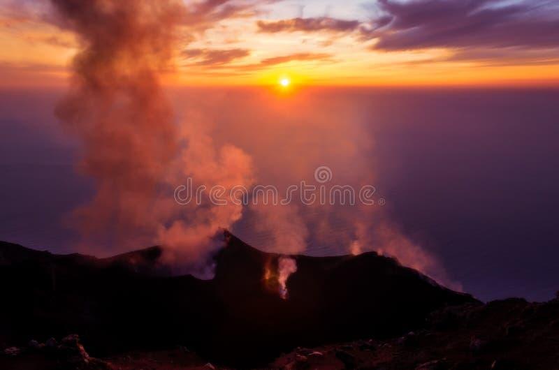 Rauchen, Vulkan auf Stromboli-Insel bei buntem Sonnenuntergang ausbrechend, Sizilien lizenzfreie stockfotos