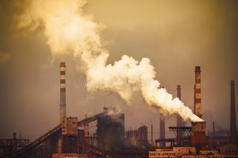 Rauchende Anlage mit weißem Smog stockbild