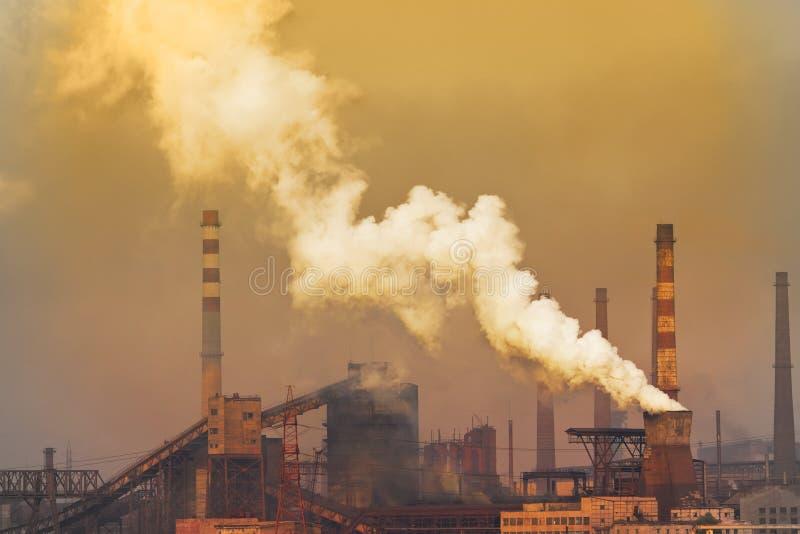 Rauchende Anlage mit weißem Smog lizenzfreie stockfotografie