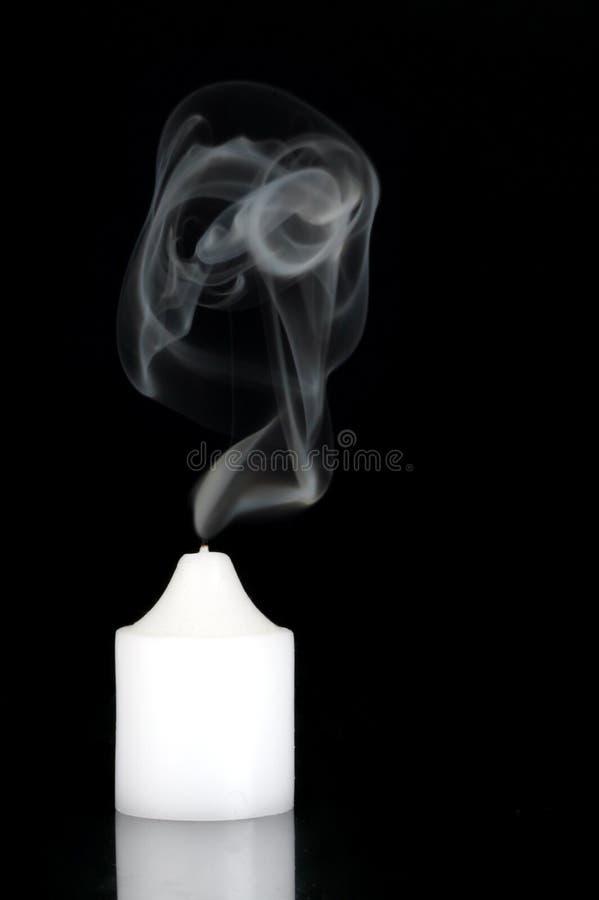 Rauchende Kerze stockbilder
