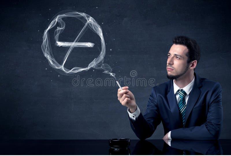 Rauchende Zigarette des Geschäftsmannes stockfoto