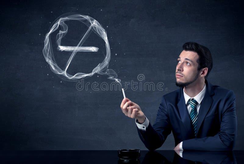 Rauchende Zigarette des Geschäftsmannes lizenzfreie stockfotos