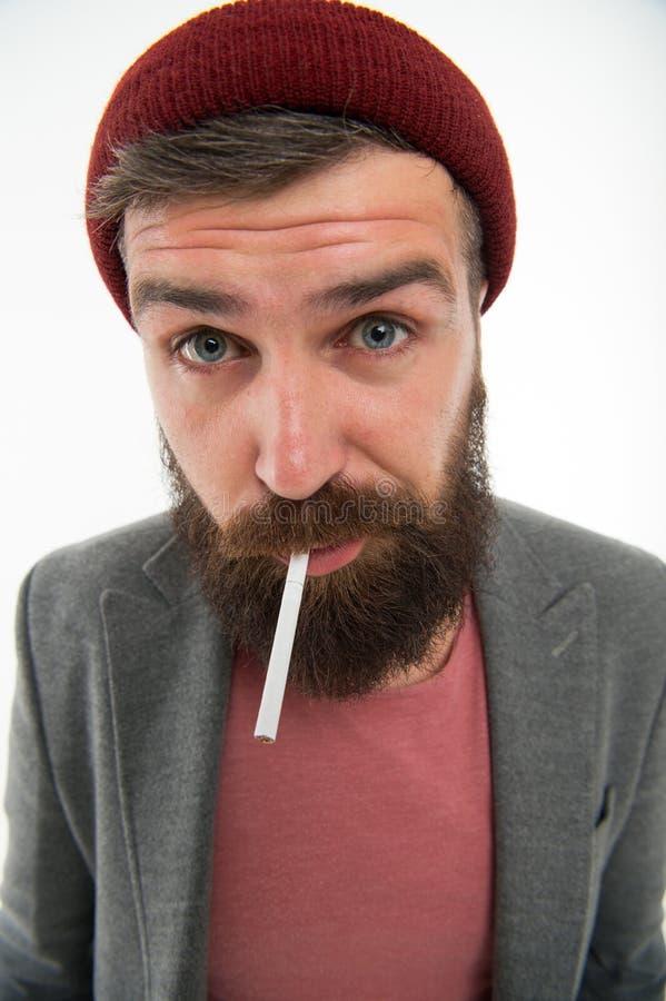 Rauchende Zigarette des groben bärtigen Hippies des Mannes Grobe Gewohnheiten und Lebensstil Grober bärtiger Tabakraucher des Hip stockfotografie