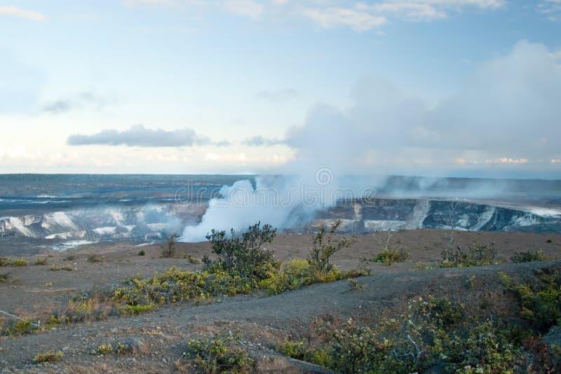 Rauchender Krater von Vulkan Halemaumau Kilauea lizenzfreie stockfotografie