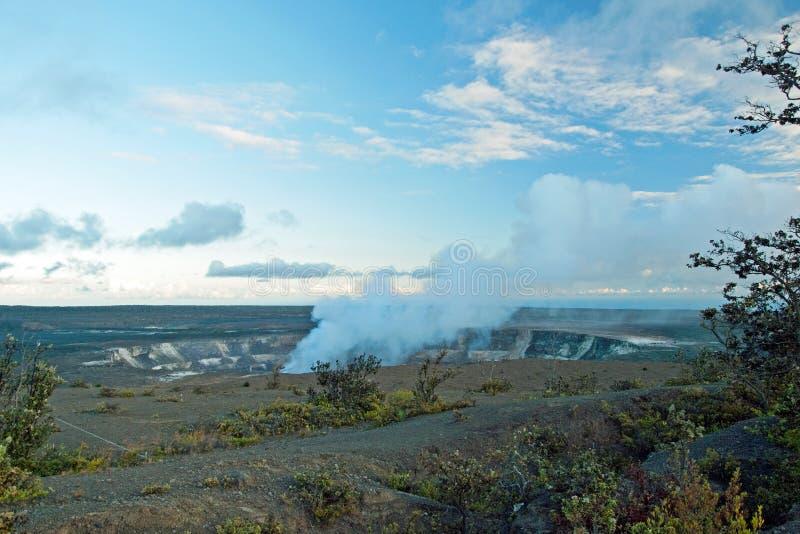 Rauchender Krater von Vulkan Halemaumau Kilauea stockbilder