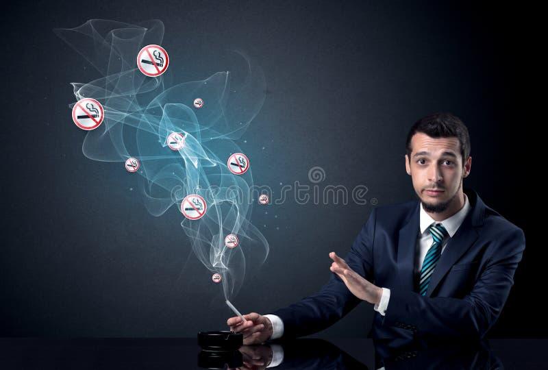 Rauchendes Konzept des Geschäftsmannes lizenzfreies stockfoto