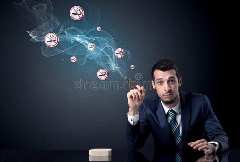 Rauchendes Konzept des Geschäftsmannes stockfotografie
