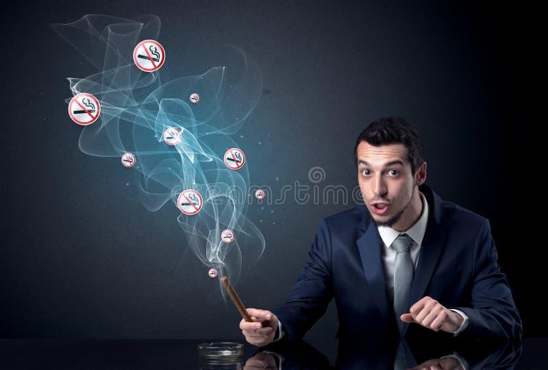 Rauchendes Konzept des Geschäftsmannes stockfoto