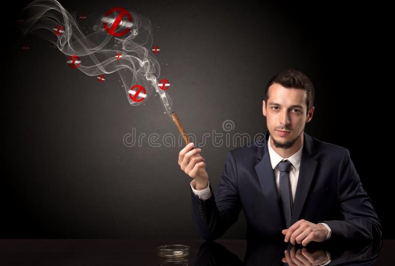 Rauchendes Konzept des Geschäftsmannes lizenzfreie stockfotos
