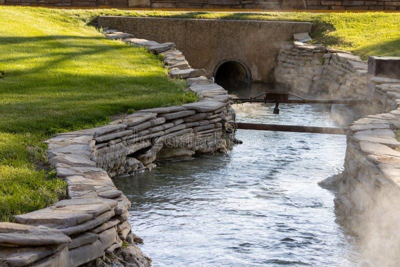 Rauchendes Wasser strömt wy thermopolis Nationalpark der heißen Quellen stockfotos