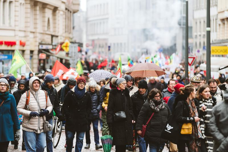 Rauchgranate am Protest gegen französische Regierungsschnur Macron lizenzfreies stockfoto