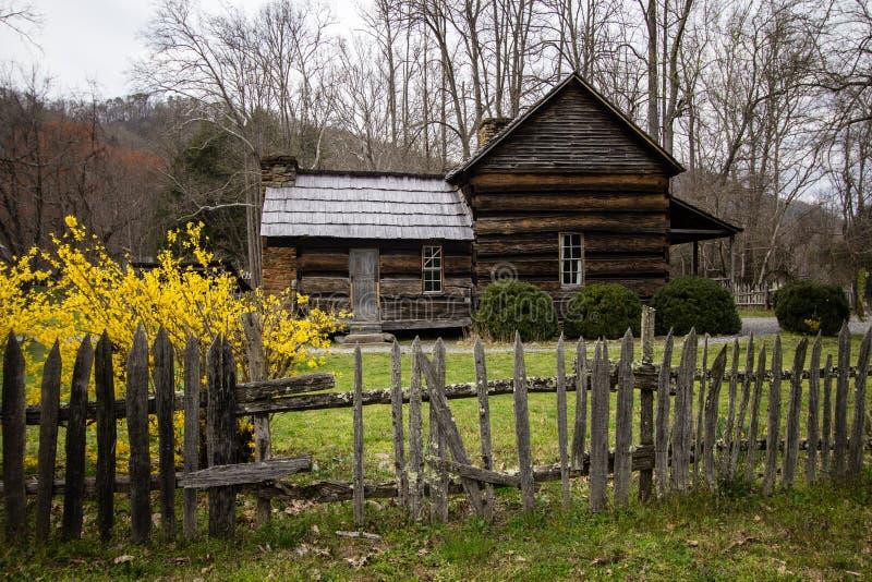 Rauchige Berghütte im Frühjahr stockfoto