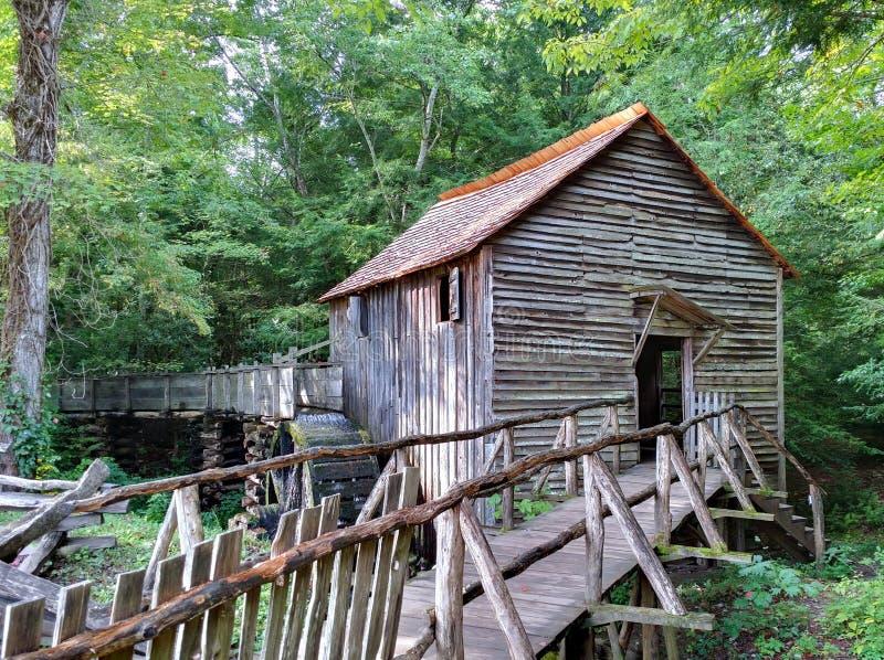 Rauchige Gebirgsmahlgut-Mühle stockfotos