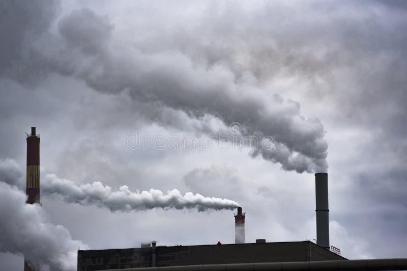 Rauchige Kaminfabrik, welche die Umwelt und die Luft verunreinigt stockfoto