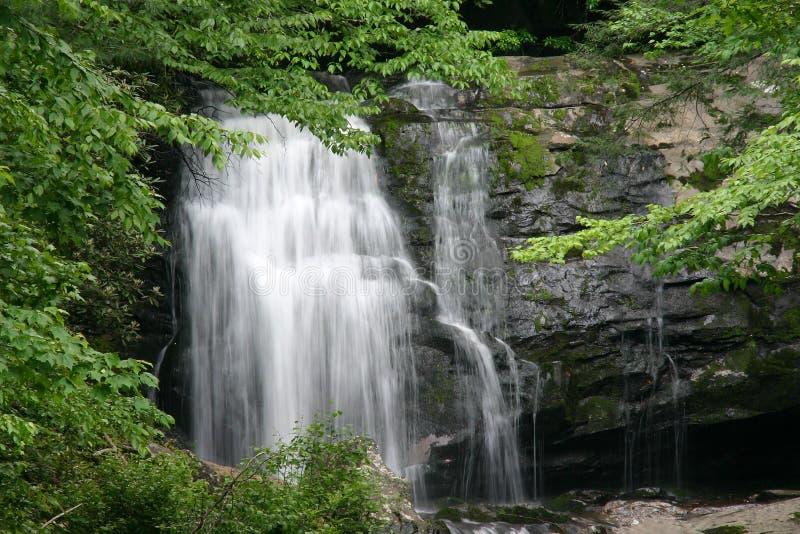 Rauchiger Gebirgswasserfall stockfoto