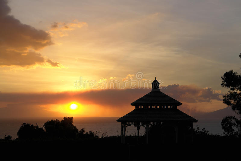 Rauchiger Ozean-Sonnenuntergang stockfotografie