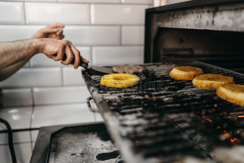 Rauchiges Fleisch und Bestandteile, die für Burger grillen stockfoto