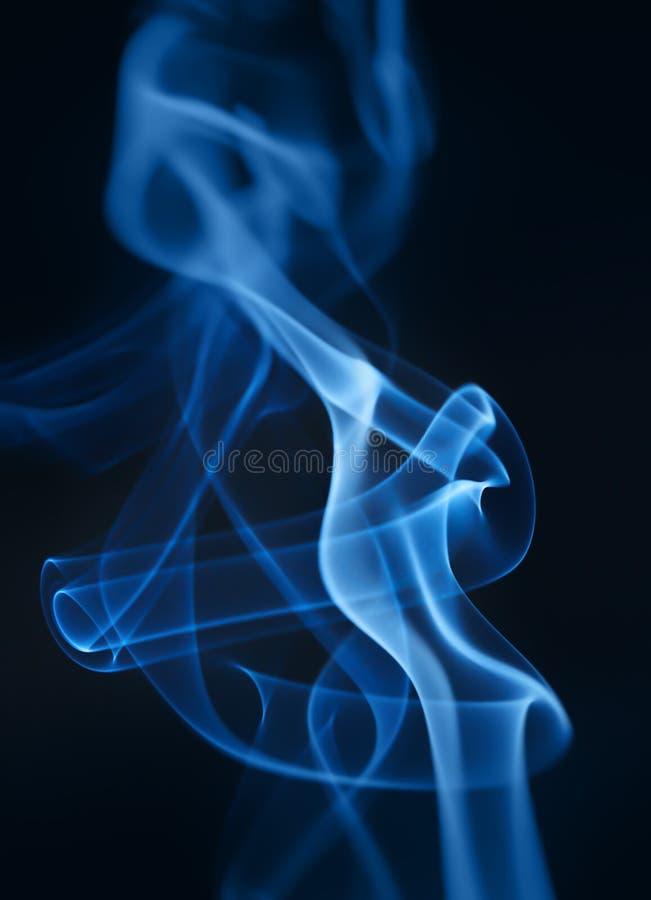 Rauchnahaufnahme auf einem schwarzen Hintergrund stockfotos