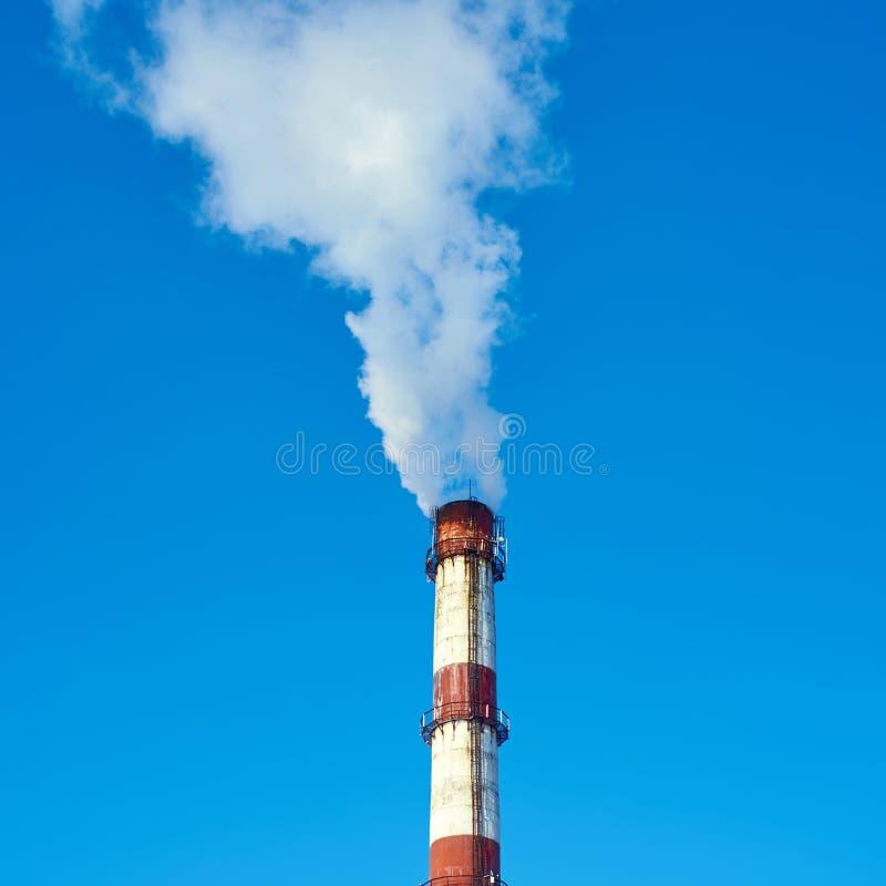 Rauchrohr auf dem Himmelhintergrund lizenzfreies stockfoto