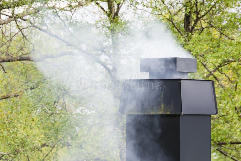 Rauchschornstein eines Hauses stockfotos
