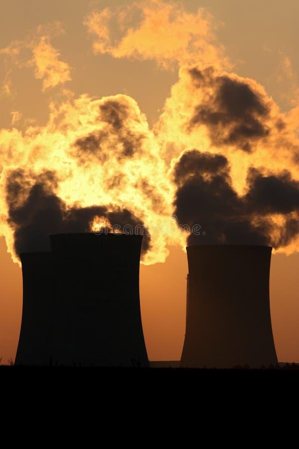 Rauchwolke von Kühltürmen der Triebwerkanlage lizenzfreie stockfotos