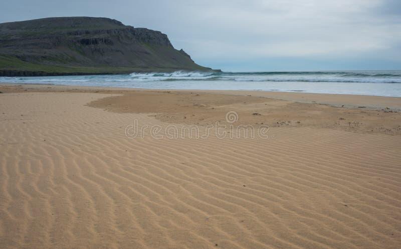 Raudasandur röd sandstrand, Latrabjarg halvö, västra Fjor arkivbilder